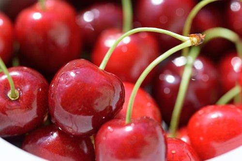 8 Health Benefits of Cherries + Dairy-Free Cherry Smoothie Recipe